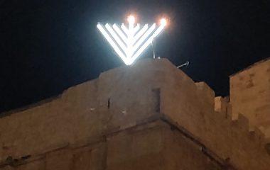 הקמת חנוכיית ענק על גג מערת המכפלה